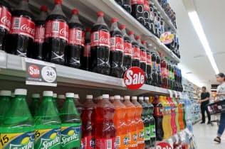ペットボトル飲料が並ぶバンコクのスーパー