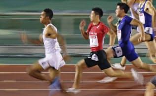 日本選手権の100メートル決勝で、10秒02をマークして優勝したサニブラウン・ハキーム(左端)=共同