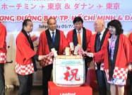 路線発表イベントにはベトナムのグエン・スアン・フック首相(左から2人目)らが出席した(1日、東京都千代田区)