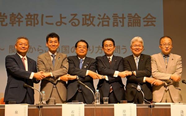 参院選を前に与野党政調会長が討論した(1日、大阪市内)