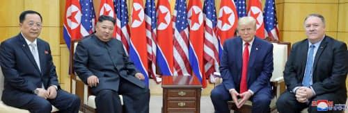米朝首脳会談に同席したポンペオ国務長官(右)と李容浩外相(6月30日、板門店)=朝鮮中央通信