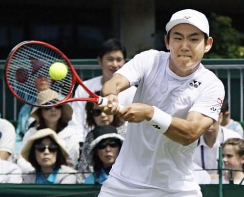 男子シングルス1回戦 ヤンコ・ティプサレビッチと対戦する西岡良仁(1日、ウィンブルドン)=共同