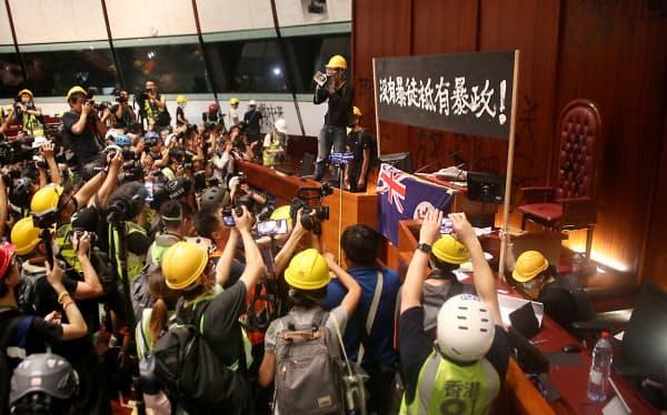 立法会の議場はデモ隊により占拠された(1日夜、香港)
