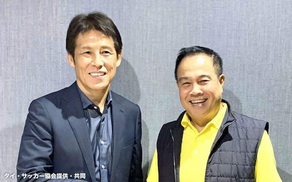 タイのサッカー協会会長(右)と握手する日本代表前監督の西野朗氏(1日、バンコク)=同協会提供・共同