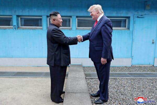 韓国と北朝鮮を隔てる非武装地帯(DMZ)にある板門店で面会したトランプ米大統領と金正恩氏(6月30日)=ロイター