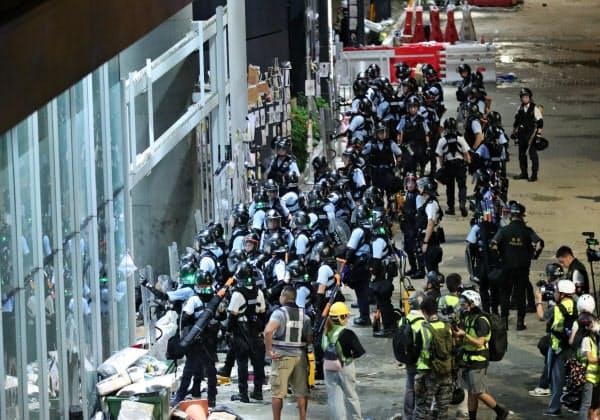 デモ隊を排除し立法会周辺を警備する警官隊(2日未明、香港)=石井理恵撮影