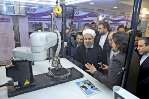核技術について説明を受けるイランのロウハニ大統領(2018年4月、テヘラン)=イラン大統領府・AP