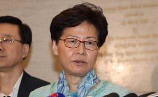 2日朝、デモによる議会への突入を受けて記者会見する林鄭月娥行政長官(香港)=石井理恵撮影