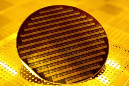 レジストを塗った後に回路を形成した半導体ウエハー=信越化学提供
