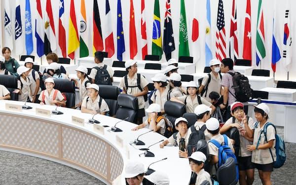 G20大阪サミットが開かれた会議場を見学する小学生(2日午前、大阪市住之江区のインテックス大阪)