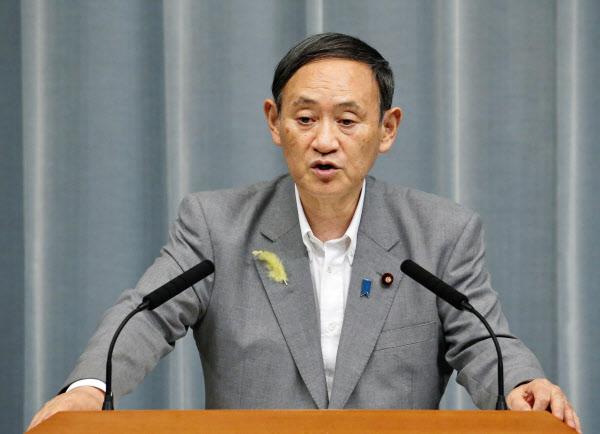 記者会見する菅官房長官(2日午前、首相官邸)=共同
