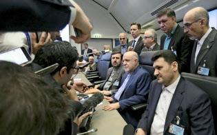 1日、OPEC総会前に記者団の質問に答えるイランのザンギャネ石油相(前列中央)=AP
