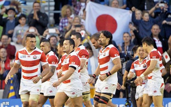 2015年9月、ラグビーW杯イングランド大会で南アフリカを破り、スタンドから声援を送られる日本の選手たち=共同