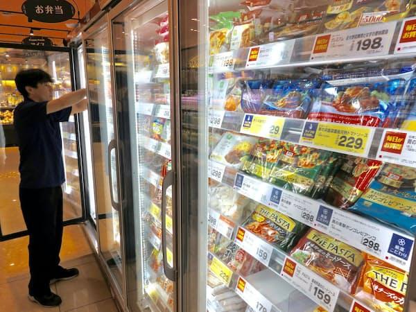 日清フーズは「中食」取り込みへ冷凍食品を拡充する(都内のスーパー)