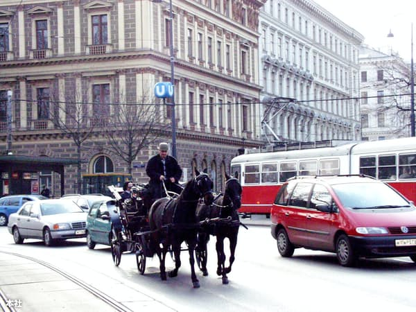 ウィーンの環状道路を自動車にまじって走る馬車と路面電車