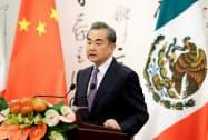 2日、北京で記者会見する中国の王毅外相=ロイター