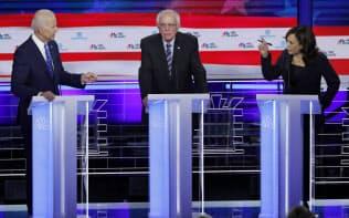 人種問題を巡り討論会でバイデン氏(左)に詰め寄るハリス氏(右)
