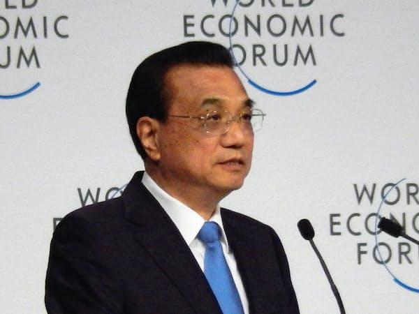 2日、中国・大連での夏季ダボス会議の開幕式で講演する李克強首相