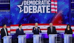 民主党の大統領候補はテレビ討論会を重ねて論戦を深める=ロイター