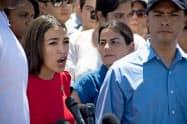 オカシオコルテス下院議員らは1日、メキシコ国境近くの移民収容施設を訪問した=ロイター