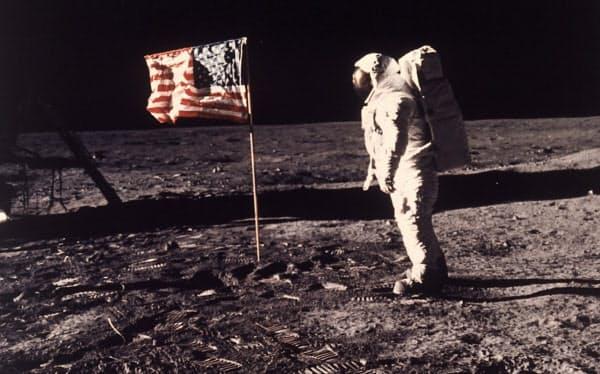 月面に星条旗を打ち立てた(1969年7月)=NASA・AP