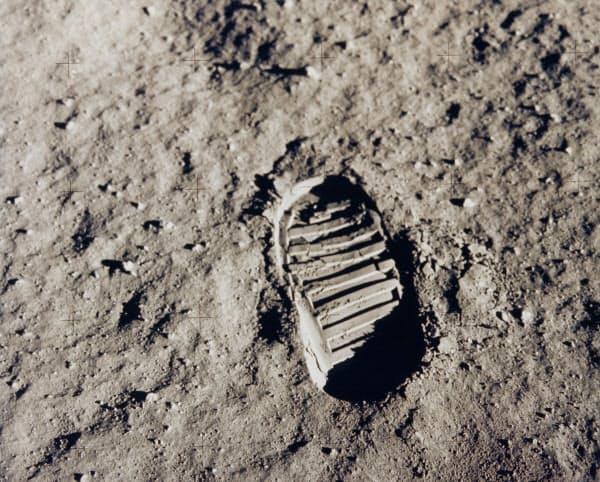 月面にくっきりついた足跡(NASA・ロイター)
