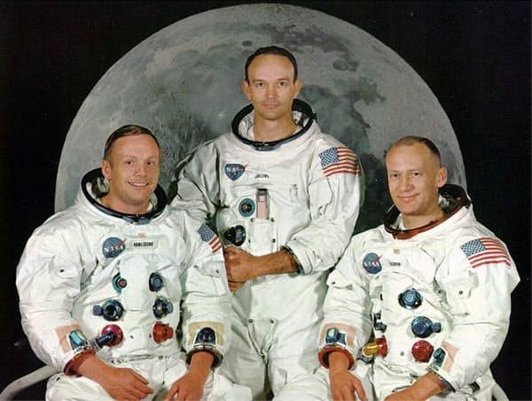 記念撮影する3人(NASA・ロイター)
