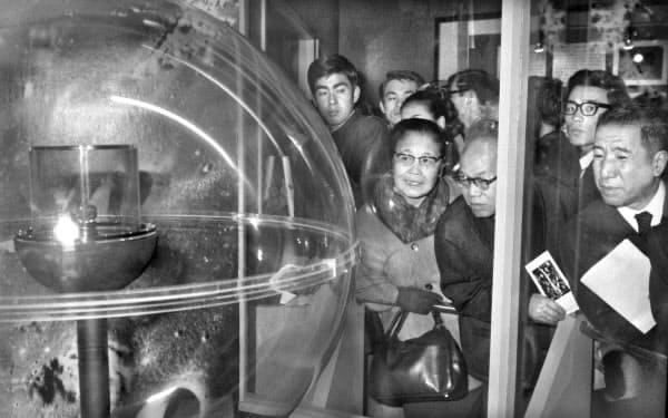 アポロ11号が持ち帰った「月の石」の特別展に訪れた人たち(1969年11月、東京・上野の国立科学博物館)=共同