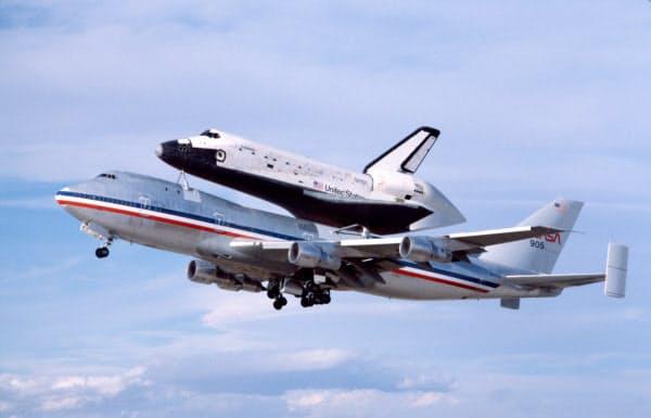 ボーイング機の上に乗って輸送されるスペースシャトル「コロンビア号」(1981年11月)=AP