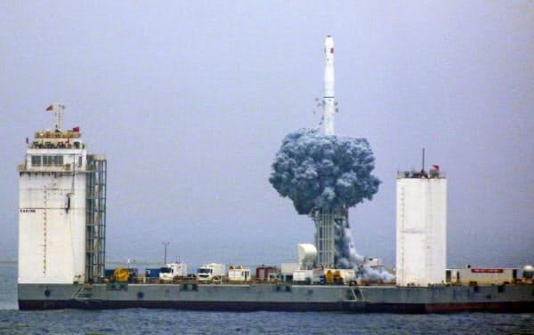 中国は洋上からロケット「長征11号」の打ち上げに成功。甲板の広さはサッカー場を超えるという(6月)=共同