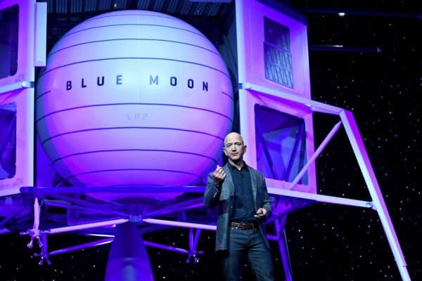 米アマゾン・ドット・コムの創業者ジェフ・ベゾス氏が有人月面着陸機の模型を公開。「月に戻る時がきた」と話した(5月)=ロイター