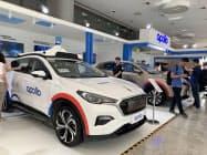 百度が公開した自動運転の開発を進めるための乗用車(3日、北京市)