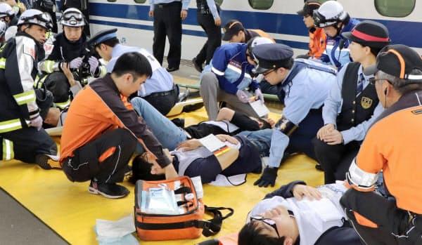 救命の訓練をする救急隊員ら=共同