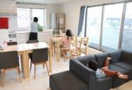 シングルマザーのシェアハウス「MOM-HOUSE」の共用リビング(千葉県)