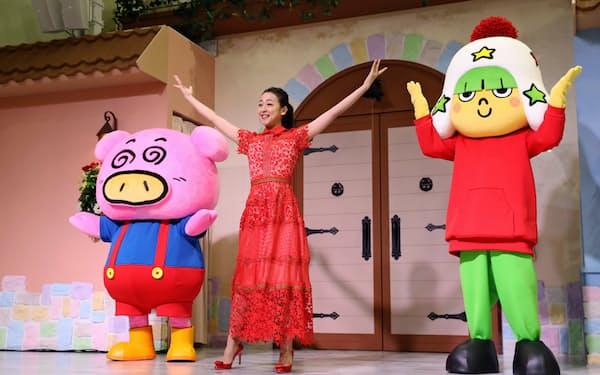 テーマパーク「おやつタウン」の開業記念イベントに出席した浅田真央さん(中)(3日午前、三重県津市)