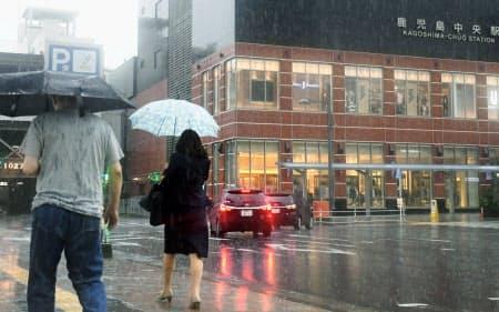 激しい雨が降るJR鹿児島中央駅前(3日午前10時33分)=共同