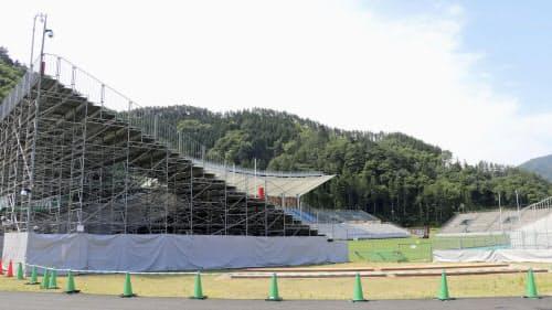 仮設スタンドなどの主要施設が完成した釜石鵜住居復興スタジアム(3日午前、岩手県釜石市)=共同