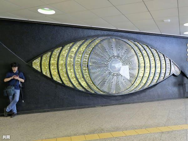 一部分が壊された大型オブジェ「新宿の目」(2日正午ごろ、東京・新宿駅西口地下広場)=共同