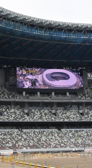 客席スタンドの南側と北側には大型スクリーンが設置された