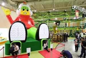 大型の滑り台やアスレチック施設を備える(三重県津市)