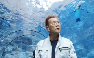 旭山動物園の代名詞でもある「ぺんぎん館」の水中トンネルと坂東元園長(北海道旭川市)