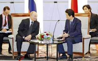 会談するロシアのプーチン大統領(左)と安倍首相(6月29日、大阪市)=代表撮影