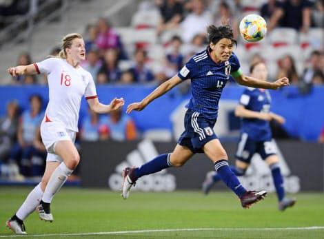 女子W杯のイングランド戦で競り合う熊谷(右)=ゲッティ共同