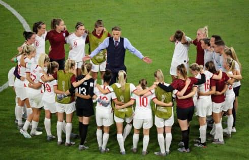 女子W杯準決勝の米国戦後、選手たちに話をするイングランドのネビル監督=ロイター