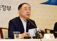 記者会見する洪楠基(ホン・ナムギ)経済副首相兼企画財政相