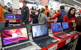 パソコンの世界生産の9割を中国が占めてきた(メキシコシティの小売店)=ロイター