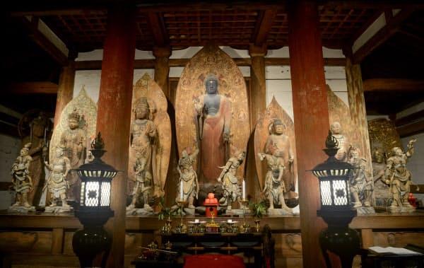 金堂内に並び鎮座する仏像たち。宝物殿に移されるものもあり、今後はこの様子を見ることはできない