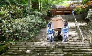 仏像を担ぎ「鎧坂」の石段を下りる日通の専門部隊=湯澤華織撮影