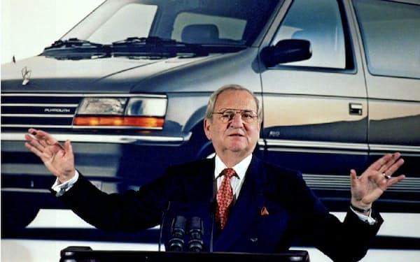 クライスラーの業績を説明するアイアコッカ氏(1991年2月)=ロイター