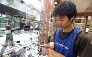 渡辺さんは単発バイト仲介「タイミー」を使い眼鏡店や居酒屋、すし屋でも働く(都内の「メガネスーパー」)